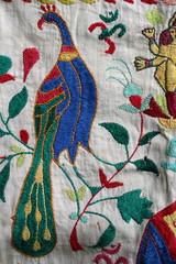 Bunter Pfau auf einem alten, indischen Tuch, handgestickt