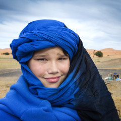 Niño con turbante de beduino en el desierto del Sahara.Marruecos.