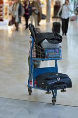 enfant poussant les bagages