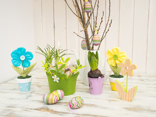 Ostereier, Osterzweig und .Frühlingsblumen