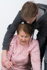 großmutter ist verletzt nach einem sturz