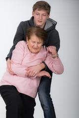 enkelsohn hilft der oma nach einem sturz auf die beine