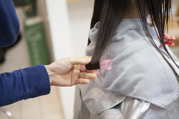 Women have curled the hair at the beauty salon