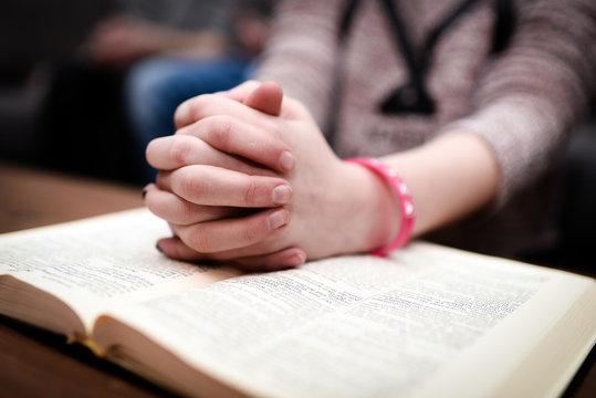 Hände auf einer Bibel