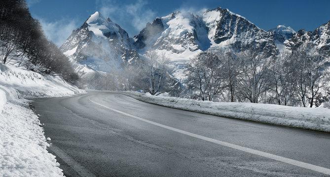 Winterliche Straße durch die Schweizer Alpen