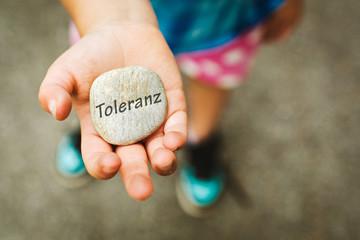 Kinderhand mit Stein