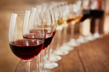 Many glasses of different wine in a row on bar counter Fototapete