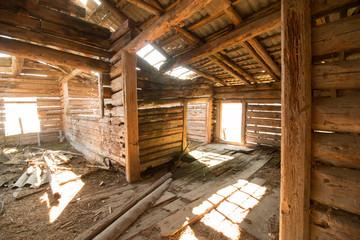 Altes, verfallenes Bauernhaus von innen, Lichteinfall