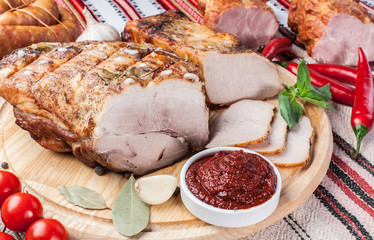 Baked ham with fresh vegetables and sauce.
