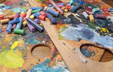 разноцветный мел на палитре красок
