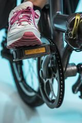 dettaglio di pedale con scarpa su bicicletta