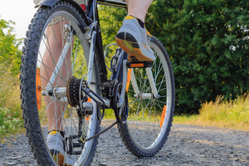 Mann tritt in die Pedale eines Fahrrads
