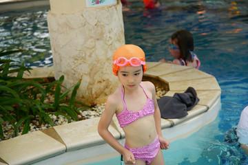 プールで遊ぶ笑顔の女の子