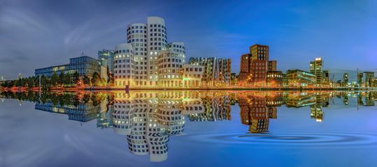 Medienhafen Düsseldorf Abend Wasserspiegelung Panorama