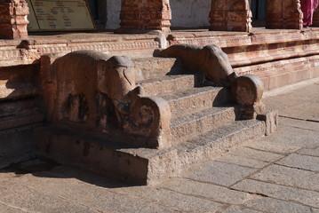 лестница с изображением слонов в индуистском храме