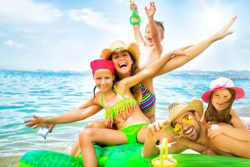 Familie hat Spaß am Meer