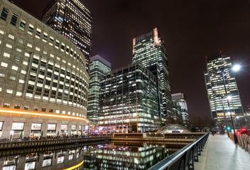 Wolkenkratzer in Canary Wharf bei Nacht