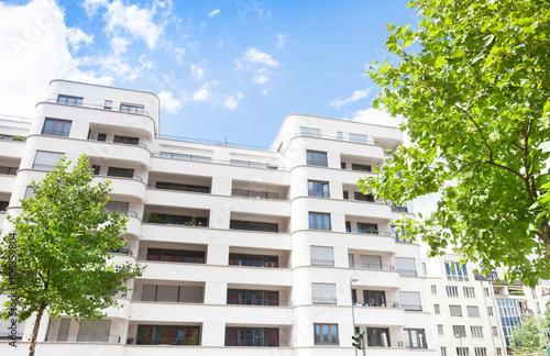 Eigentumswohnung immobilie hausfassade stockfotos und for Eigentumswohnung suchen