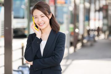 電話をする女性 ビジネス