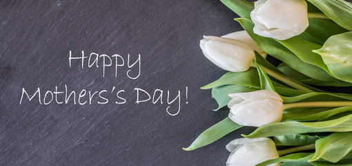"""Hintergrundgrafik, Schieferplatte mit weißen Tulpen, Text """"Happy Mother's Day"""""""