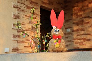 Zając i jajka Wielkanocne, wejście do domu.