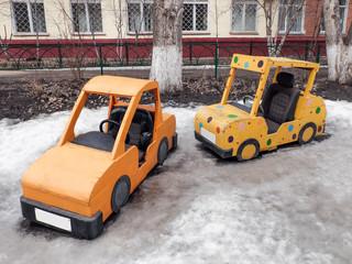 Детские автомобили на снегу