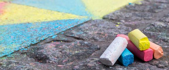 Kreidestifte auf Boden
