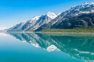 In de dag Gletsjers Mountains reflecting in still water, Glacier Bay National Park, Alaska, United States