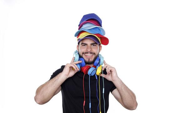 Junger Mann mit bunten Basecap und Kopfhörer lacht