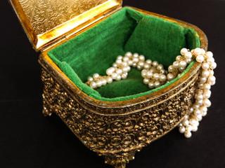 Vintage metal jewlery box with pearls