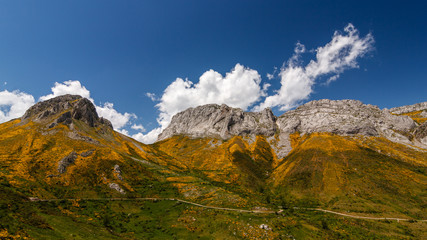 Paisaje del Pico Meloita y Peñas del Prado. Valle de Arbas, Cubillas de Arbas, León, España.