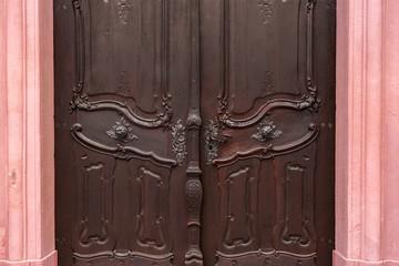 alte massive Holztür mit Schnitzerei
