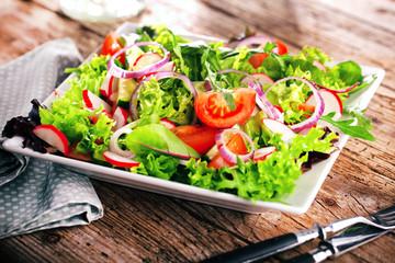 Frischer Salat mit verschidenen Zutaten
