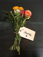 I love mom - ein Blumenstrauß mit Textnachricht auf dunklen Hol