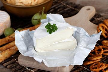 Camembert mit Salzgebäck