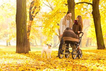 Eltern gehen mit Baby spazieren