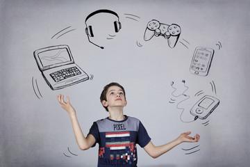 enfant geek jonglant avec matériel informatique