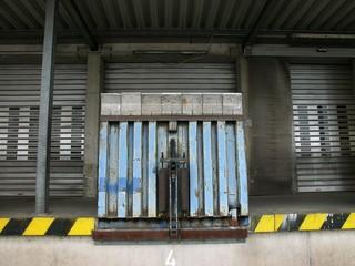 Hydraulische Verladeeinrichtung an einer großen Lagerhalle einer internationalen Spedition