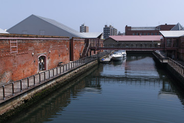 赤レンガ倉庫と運河