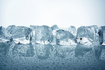 aufgereihte Eiswürfeln mit Wassertropfen