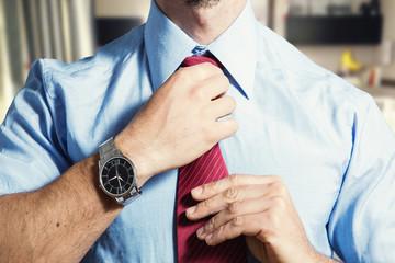 datore di lavoro si sistema la cravatta prima di un colloquio di lavoro