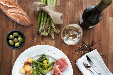 Asparagus with ham and wine