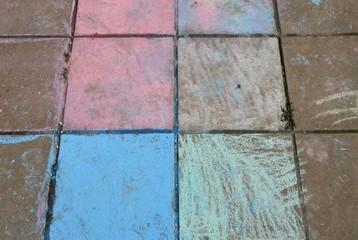 Hüpfkästchen auf Steinplatten mit Kreide gemalt