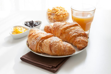 Cornetti con succo di frutta, marmellate e cereali