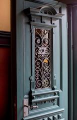 Kunstvoll verzierte Eingangstür eines Hauses in Eisenach