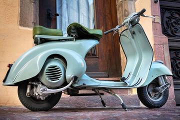 Foto auf AluDibond Scooter Grüner Vintage Oldtimer Motorroller –Roller 60er Jahre – Green Italian 60s Scooter