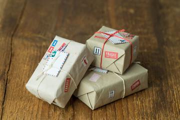 Kleine nette Pakete nebeneinander aufgereiht