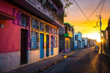 CAMAGUEY, KUBA - Strasse in der historischen Altstadt bei Sonnenuntergang