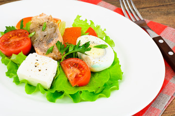 Salmon, Lettuce, Tomato and Sweet Pepper with Egg