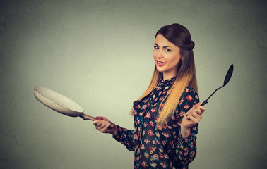 Side profile beautiful woman with frying pan isolated on gray wall background